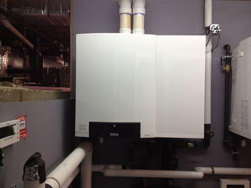 Работающий газовый котел отопления