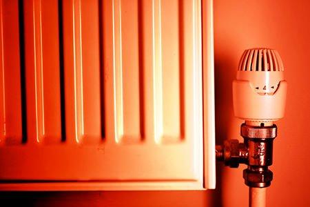 Как правильно перекрывать батареи отопления если жарко