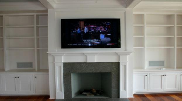 Гостиная с камином и телевизором теплое и современное решение